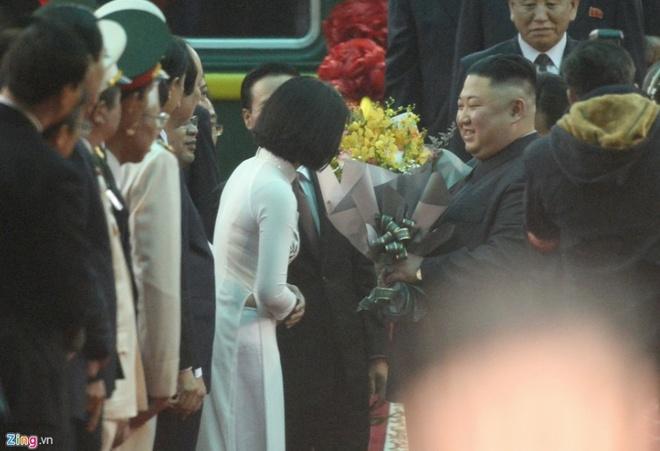 Cô gái tặng hoa cho nhà lãnh đạo Kim Jong Un khi ông bước xuống từ xe lửa lànhân vật đang được dân mạng Việt quan tâm. Khoảnh khắc này đang được chia sẻ trên nhiều diễn đàn dành cho giới trẻ.