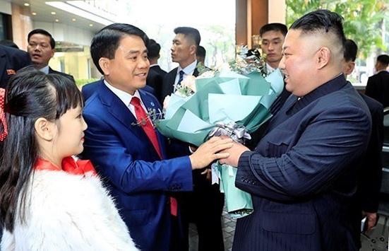 Be gai 9 tuoi tang hoa, duoc ong Kim Jong Un vuot ma la ai? hinh anh 1