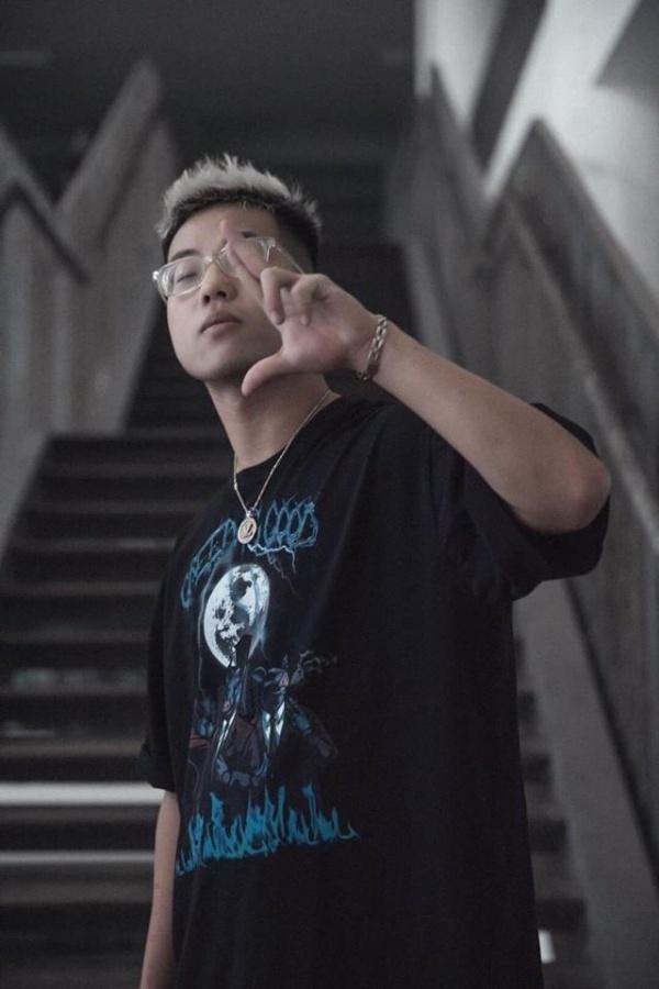 Nam rapper bi to dot sach vo hoc sinh truong Ams de quay MV la ai? hinh anh 2
