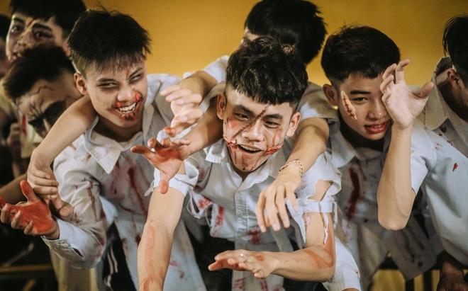 Teen Ha Noi gay tranh cai khi hoa trang thanh zombie chup anh ky yeu hinh anh 3