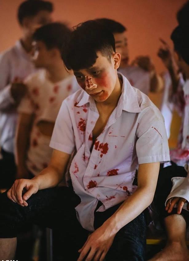 Teen Ha Noi gay tranh cai khi hoa trang thanh zombie chup anh ky yeu hinh anh 6