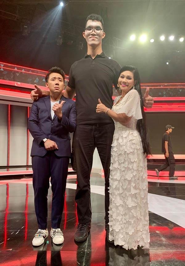 chang trai cao 2, 2 m trong nguoi bi an anh 2