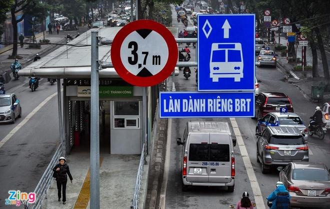 Nguoi dan ong nuoc ngoai chan khong cho oto di vao lan BRT o Ha Noi hinh anh 1