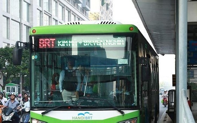 Nguoi dan ong nuoc ngoai dung chan oto di vao duong BRT hinh anh