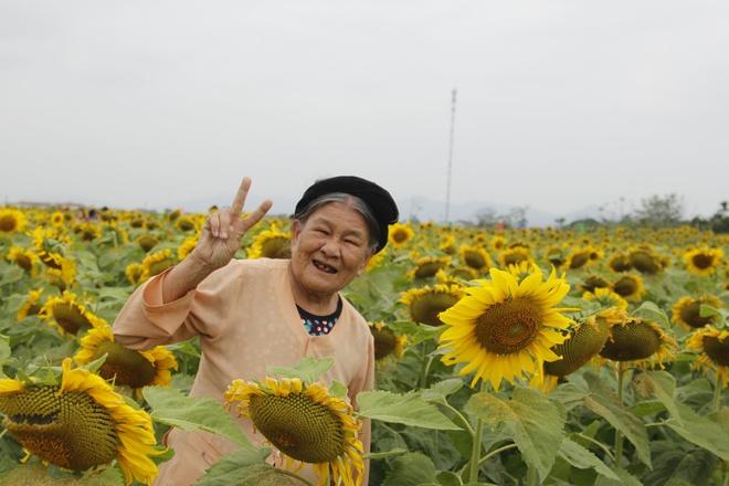 Hai cu ba tao dang dang yeu giua canh dong hoa ky niem 60 nam tinh ban hinh anh 2 89010874_2587138944747735_5627764839871938560_o.jpg