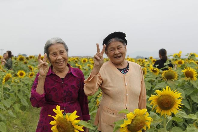 Hai cu ba tao dang dang yeu giua canh dong hoa ky niem 60 nam tinh ban hinh anh 1 89060248_2587138724747757_3864727283654721536_o.jpg