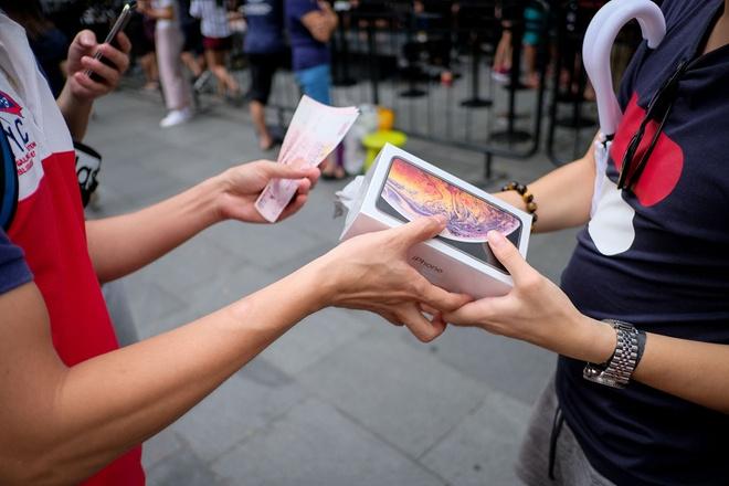 Mua iPhone XS - nguoi Viet lam viec 5 thang, Thuy Si 5 ngay hinh anh