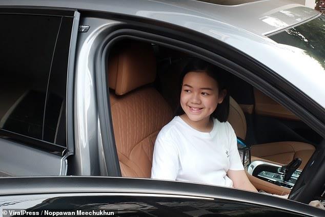 Vlogger Thai mua BMW 7 Series mung sinh nhat 12 tuoi hinh anh 3