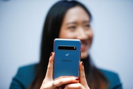 'Toa son quan ho dau', Samsung huong loi tu lenh cam Huawei hinh anh 1