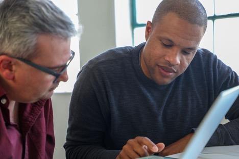 Patrick Jackson, giám đốc của Disconnect, đã kiểm tra iPhone của Geoffrey A. Fowler. Ảnh: Washington Post.