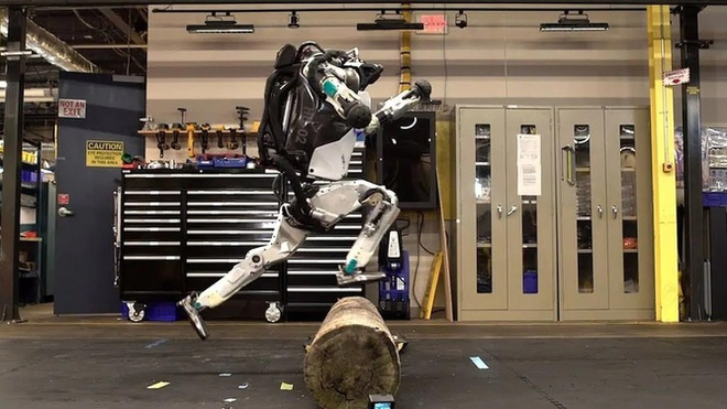 Robot Atlas co the nhao lon va tap the duc nhu nguoi hinh anh