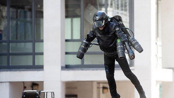 Bo giap Iron Man giup nguoi mac bay luon nhu trong phim hinh anh