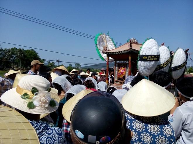 Nhan loi thach thuc, nam sinh chet duoi hinh anh 2 Gia đình, người thân và chính quyền địa phương đưa tiễn Đạt. Ảnh: N.Dương.