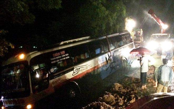 Hanh khach la het khi xe 45 cho lao xuong ho sau hinh anh 2 Công tác cứu hộ gặp nhiều khó khăn do trời mưa và địa hình đồi núi. Ảnh: N. D.