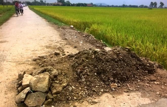 Mang quan tai den uy ban xa khieu nai hinh anh 2 Hiện trường nơi phát hiện thi thể anh Hiền. Ảnh: Nguyễn Dương.