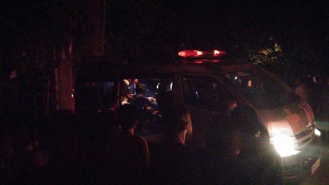 Gia chu tu vong sau vu no sap nha hinh anh 2 Xe cấp cứu đưa hai nạn nhân bị thương đi cấp cứu. Ảnh: Định Nam.