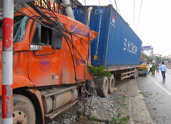 Container mat lai lao vao oto 4 cho, mot nguoi tu vong hinh anh 1