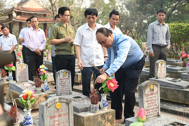 Thu tuong vieng cac anh hung liet si tai Quang Tri hinh anh 1