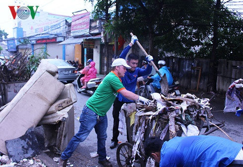 Ong Tay don rac Ha Noi: 'Cac ban da truyen cam hung cho toi' hinh anh 1