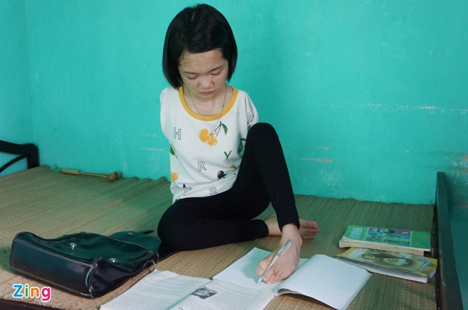 Nu Sinh Khong Tay Uoc Mo Vao Dai Hoc Hinh Anh 1. Thắm Viết Chữ Bằng Đôi Chân  Khéo ...