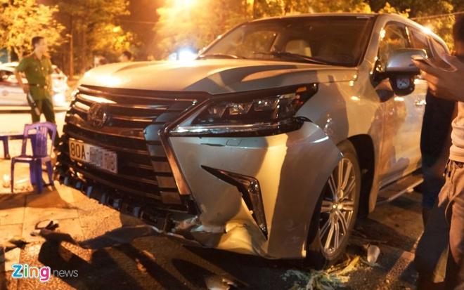 Lexus 570 dam nat nhieu xe may, 5 nguoi trong thuong hinh anh