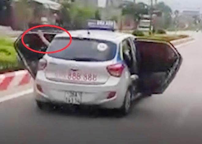Tai xe taxi ke phut mo bung cua lao nhanh tren dai lo de cuu nguoi hinh anh 2