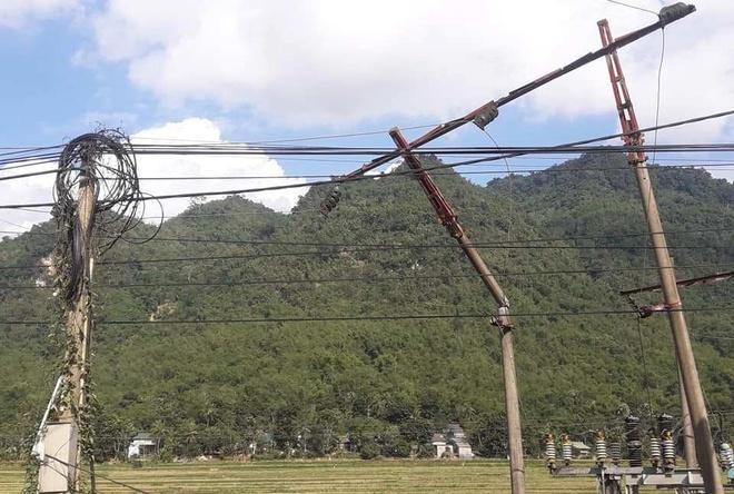 Xe tai tong gay tru duong day 35 kV, huyen Muong Lat mat dien hinh anh