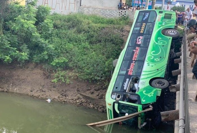 Xe khách lao xuống sông, 2 người chết