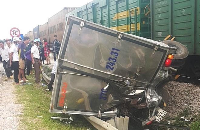 Cận cảnh vụ tàu hỏa tông xe tải ở Nghệ An