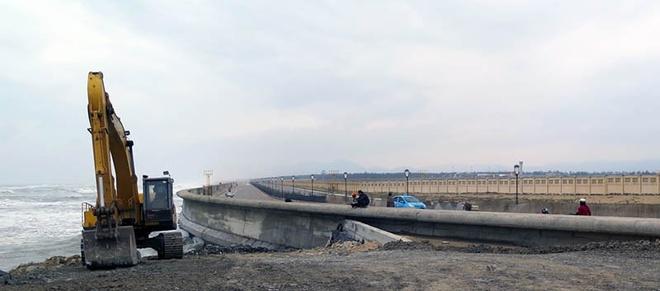Sạt lở tuyến kè biển uy hiếp sân bay Tuy Hòa