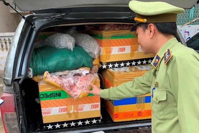Chặn ôtô chở hơn 600 kg thịt lợn ôi thiu đi tiêu thụ