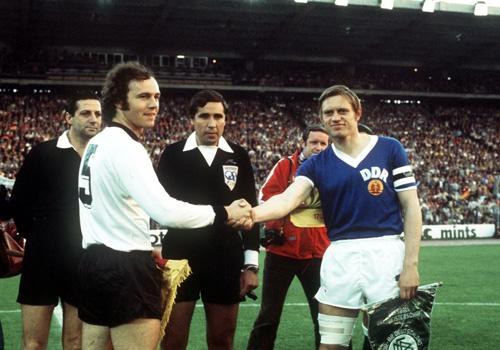 Nghi ngo 'vua doi bom' cung dong doi co tinh thua o World Cup 1974 hinh anh