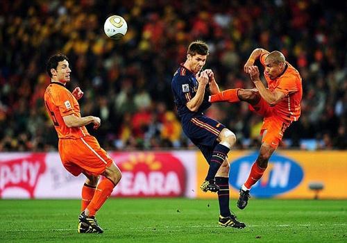 Cu kungfu cua Nigel De Jong vao nguc Xabi Alonso hinh anh