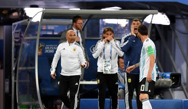 HLV Sampaoli phai 'xin phep' Messi de dua Aguero vao san hinh anh 1