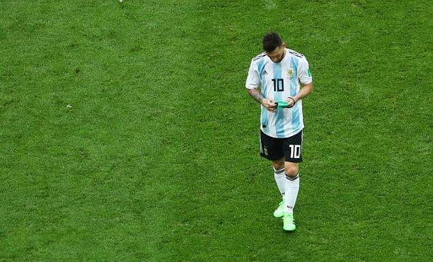 Nhin Messi that bai tai World Cup, Maradona da hai long? hinh anh