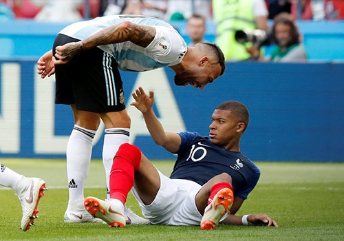 Uruguay vs Phap: Mbappe roi se bi vo hieu hoa nhu Ronaldo? hinh anh