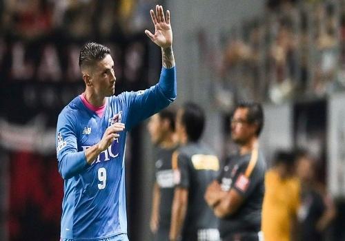 Torres ghi ban dau tien tren dat Nhat Ban, danh bai Iniesta hinh anh