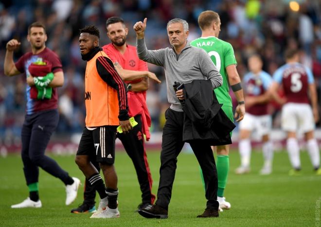 MU thang Burnley 2-0: May ma Mourinho con Lukaku hinh anh 4