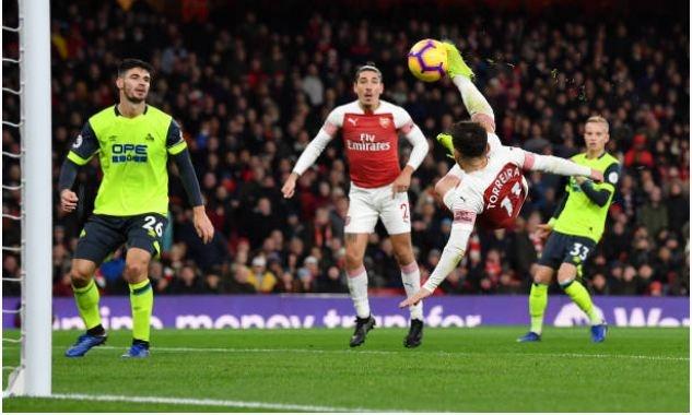 Lucas Torreira lap sieu pham, Arsenal duy tri mach bat bai hinh anh 1