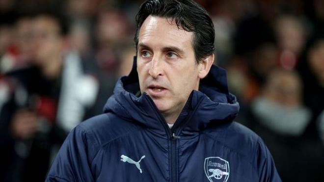 HLV Arsenal bi phat vi sut chai nuoc vao nguoi CDV hinh anh