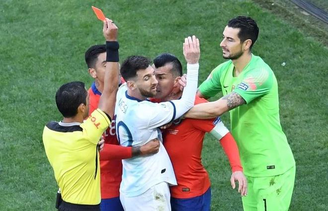 Messi nhận thẻ đỏ trực tiếp trong ngày chia tay Copa America 2019. Ảnh: Getty.