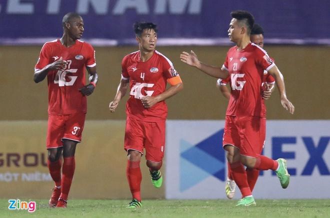 Quang Hải lập cú đúp giúp CLB Hà Nội tiến sát chức vô địch