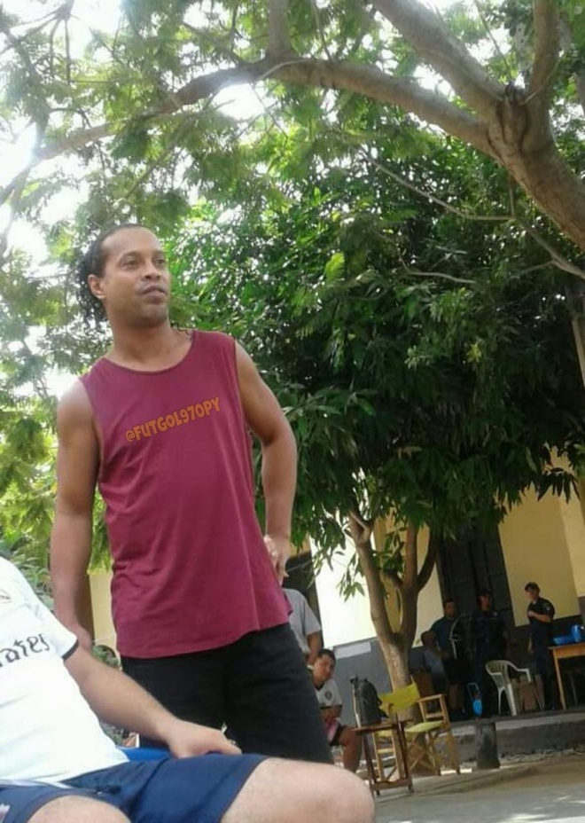 Dieu kien la de Ronaldinho duoc choi bong trong tu hinh anh 1 ronaldinho.jpg