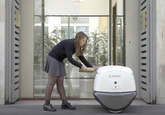 Robot chuyen hang nhan dien khuon mat sap ra mat hinh anh