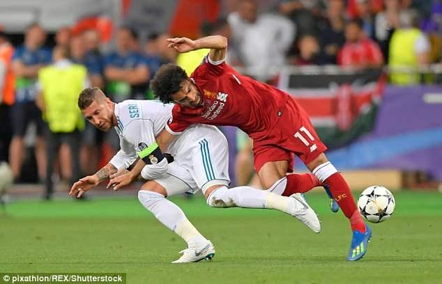 Lampard va Ferdinand benh Ramos khi va cham voi Salah hinh anh