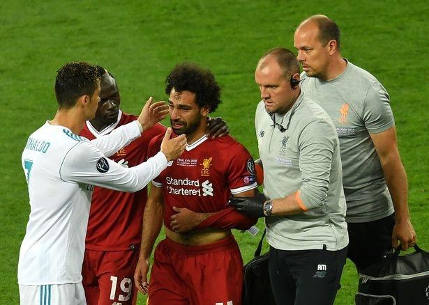 Tai sao Ronaldo la nguoi dau tien den dong vien khi Salah roi san? hinh anh