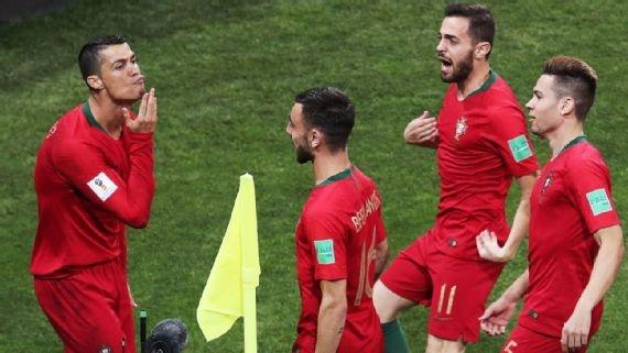 Lap hat-trick, Ronaldo an mung 'da xoay' Messi hinh anh