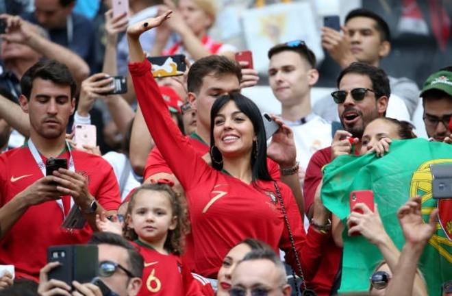 Ronaldo duoc tiep suc tu 'hau phuong' vung chai tren khan dai hinh anh