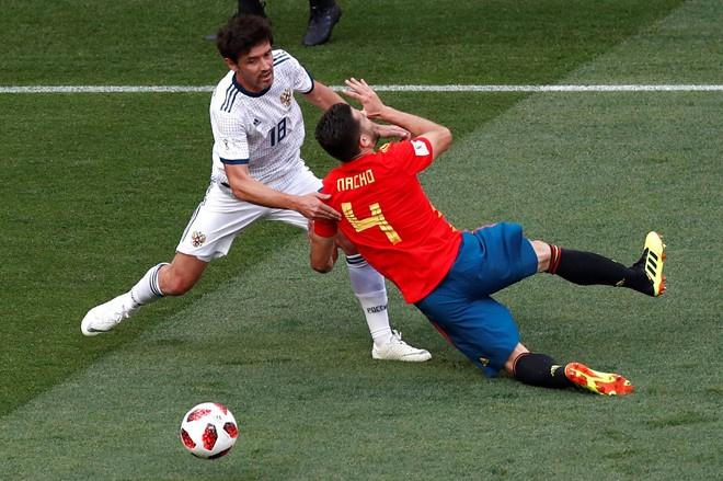 Ferdinand cuoi mia mai Ramos an mung ban thang phan luoi nha hinh anh 1