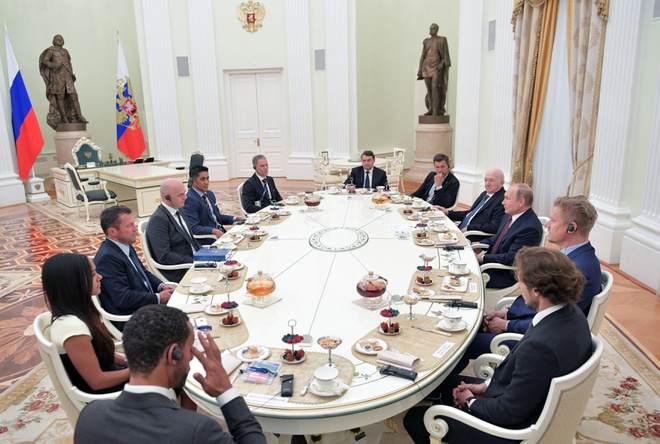 Tong thong Nga Vladimir Putin gap cac huyen thoai bong da hinh anh 2